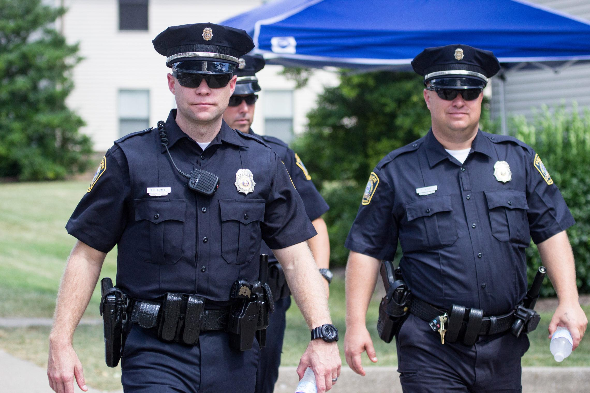 смотреть онлайн в полицейской форме