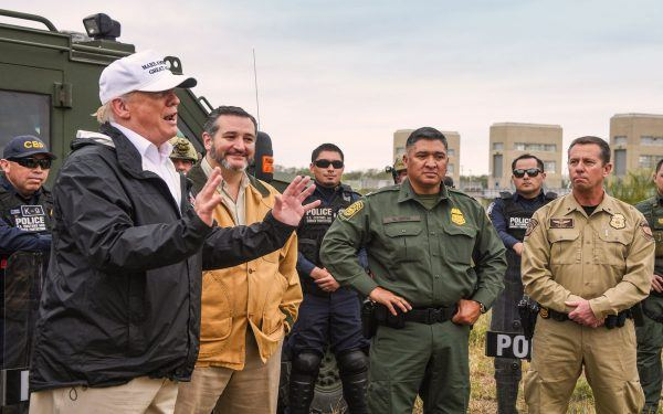 Donald-Trump-with-border-agents